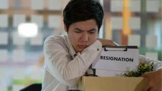 हातातली नोकरी सोडणं इतकं अवघड का वाटतं?