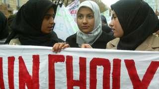 প্যারিসে ''আমার পছন্দ'' ব্যানার হাতে মুসলিম নারীদের বিক্ষোভ সমাবেশ। ১৭ই জানুয়ারি ২০০৪