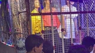 پنجرے میں رقص کرتی لڑکیاں اور ان کے ساتھ ہجوم