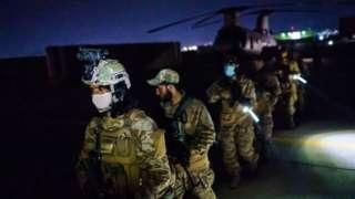 Wapiganaji wa Taliban kutoka kikosi cha Fateh Zwak,wakiwa na silaha za Marekani, vifaa na sare, wakiingia Uwanja wa Ndege wa Kimataifa wa Kabul 31 Agosti 2021
