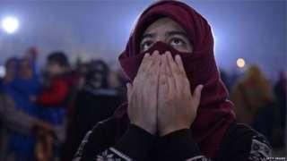 आसमान की ओर देखती एक मुस्लिम लड़की