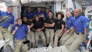 فضانوردان ایستگاه بینالمللی فضایی یک دست لباس را به مدت طولانی میپوشند