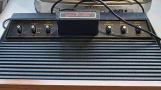 Konsol Atari 2600 dengan kartrij gim Space Invaders.