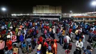 Migrant workers leaving Delhi