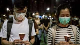 Orang-orang memegang lilin mereka selama Peringatan 31 Tahun Pembantaian Tiananmen.