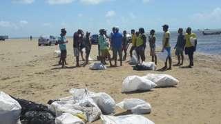 Prefeitura pagou diárias para que pessoas retirassem as pastas de óleo do Pontal do Peba, em Alagoas