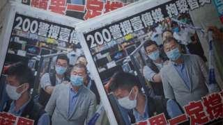 """11일 빈과일보는 """"계속 싸울 것""""이라는 제목과 함께 수갑을 찬 채 지미 라이의 사진을 1면에 실었다"""