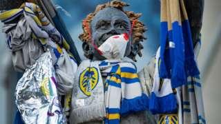 Статуя у стадиона Leeds