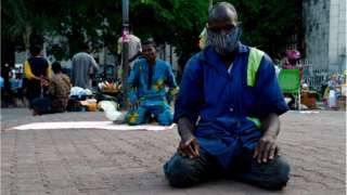 Pipo wear masks for dey pray mosque