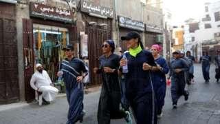 জেদ্দায় পুরনো শহরের ভেতর দিয়ে জগিং করছেন সৌদি নারীরা