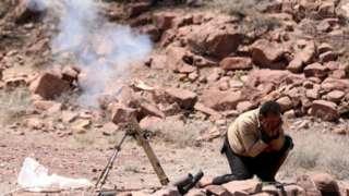 Боец арабской коалиции во главе с Саудовской Аравией стреляет из миномета в одном из йеменских поселений