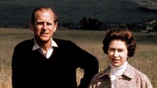愛丁堡公爵(左)與女王在蘇格蘭巴爾莫勒爾(Balmoral)留影(1/9/1972)