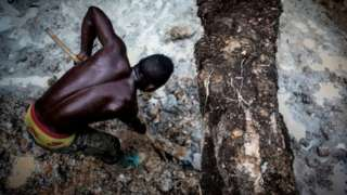 Homem trabalhando em mina no Congo