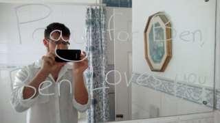Ben Field em frente a um espelho com uma mensagem que escreveu