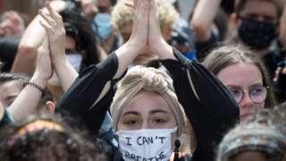 """Một người phụ nữ đeo khẩu trang với dòng chữ """"Tôi không thể thở"""" ở Nantes, vào 8/6/2020, trong một cuộc biểu tình 'Black Lives Matter' chống lại nạn phân biệt chủng tộc và sự tàn bạo của cảnh sát sau cái chết của George Floyd"""