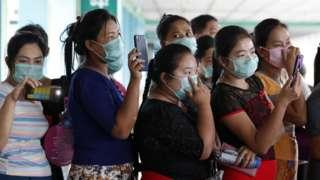 H1N1 ကြောင့် သေဆုံးသူတစ်ဦးရဲ့ အသုဘကို လိုက်လံပို့ဆောင်ကြသူများ