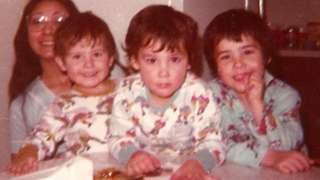 """Blanche ve üç oğlu 1980'de. Jesse fotoğraf için """"Ailemiz dağılmadan önceki dönem"""" diyor."""