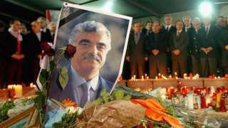 Lebanese men mourn at the grave of Rafik Hariri (21/02/05)