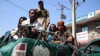 阿富汗贾拉拉巴德塔利班武装战斗人员在街头巡逻(17/8/2021)