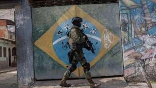Soldado do Exército em favela do Rio