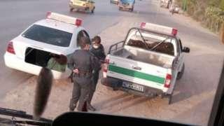 """بر اساس گزارشها نیروهای امنیتی بعد از """"محاصره اتوبوس"""" سرنشینان آن را بازداشت کردهاند"""