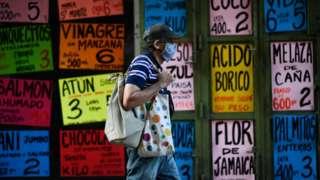 Homem caminhando na Venezuela