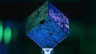 ลูกบาศก์ยูเรเนียมเรืองแสงสีฟ้าเมื่อถูกฉายรังสีอัลตราไวโอเล็ต