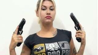 Sara Winter empunhando armas
