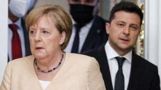 German Chancellor Angela Merkel (L) and Ukrainian President Volodymyr Zelensky, 22 August 2021