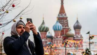 Un hombre tomando una foto en la Plaza Roja.
