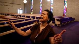 Loretta Johnson reza na Faith Temple Church, em Evanston, Illinois