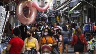 Pessoas andando em área de comércio popular no Rio