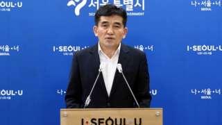 황인식 서울시대변인이 15일 오전 시청 브리핑룸에서 직원 인권침해 진상 규명에 대한 서울시 입장발표를 하고 있다