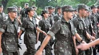 Homens e mulheres do Exército marchando