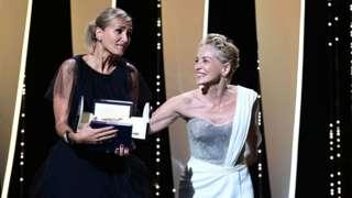 المخرجة جوليا دوكورنو تتسلم السعفة الذهبية إلى جانب شارون ستون في مهرجان كان 2021