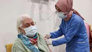 Sağlık Bakanı Fahrettin Koca, Koronavirüs Bilim Kurulu toplantısı sonrasında yaptığı açıklamada, ikinci doz aşıların bugün uygulanmaya başlanacağını duyurdu.