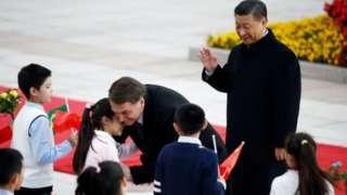 Bolsonaro abraça crianças com Xi ao lado