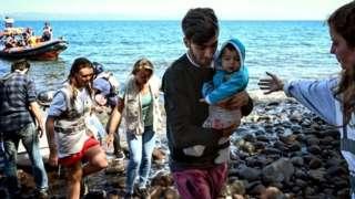 پناهجویان نجات یافته به هنگام ورود به جزیره لسبوس یونان