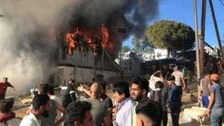 گفته می شود که آتش سوزی در یک کانتینر محل سکونت تعدادی پناهجو آغاز شد