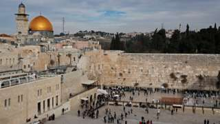 File photo showing the Western Wall and the al-Haram al-Sharif/Temple Mount compound in Jerusalem's Old City (5 December 2017)