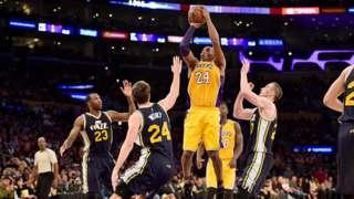 Kobe Bryant lanza la pelota entre tres rivales