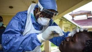 Une femme recevant un vaccin a Kisumu