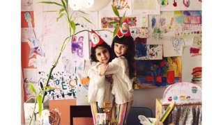 Meninas Ana e Antônia abraçadas em festa de aniversário