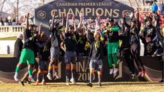 Le Forge FC célèbre la victoire du premier titre de la Première Ligue canadienne