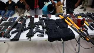 Власти продемонстрировали изъятое у нападавших оружие и привели задержанных на пресс-конференцию