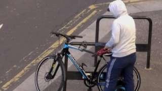 Bike theft in Glasgow caught on CCTV