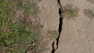 நிலநடுக்கத்தின் மையம் இடம் பெற்றதாக கருதப்படும் தேகியாஜூலி பகுதியில் தரையில் காணப்படும் பிளவு.