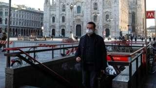 Čovek sa maskom ispred milanskog Duoma
