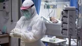 พยาบาลดูแลผู้ป่วยโควิดอาการหนักในห้องไอซียูของ รพ. แห่งหนึ่งในกรุงเทพฯ