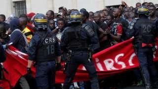 대부분 서아프리카 출신으로 알려진 이들은 자신을 스스로 '검은 조끼' 시위대라고 명명했다